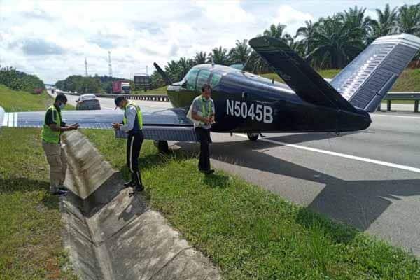 [VIDEO] Dua juruterbang Beechcraft Bonanza B5045B terselamat