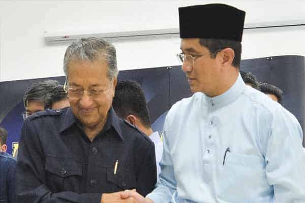 Azmin fitnah atau Mahathir yang berbohong?