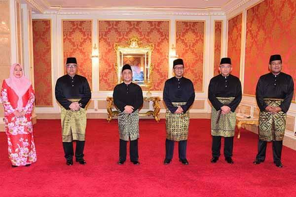 Terkini!!! 4 ADUN UMNO, seorang ADUN Bersatu angkat sumpah Exco Perak