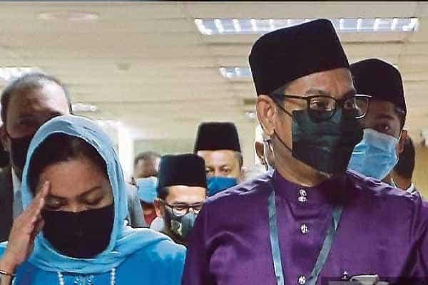 Masa depan kerajaan Perak kini di tangan Sultan Nazrin