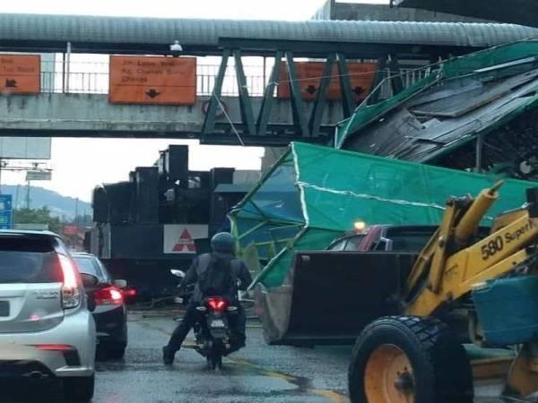 5 orang terperangkap akibat jambatan runtuh!
