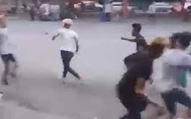 Seorang wanita menyebabkan enam lelaki bertumbuk depan kedai buah