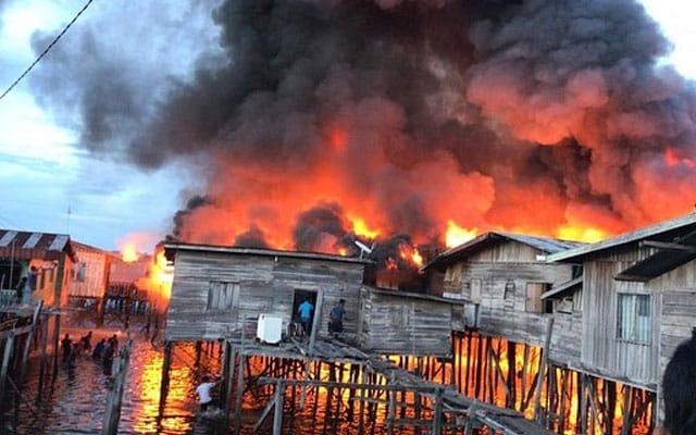 [Video] 5 rumah atas air terbakar di Semporna