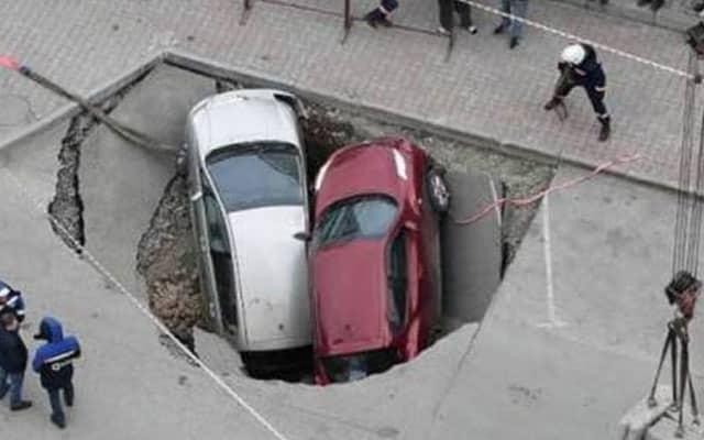 Paip pecah, kenderaan terbenam dalam lubang